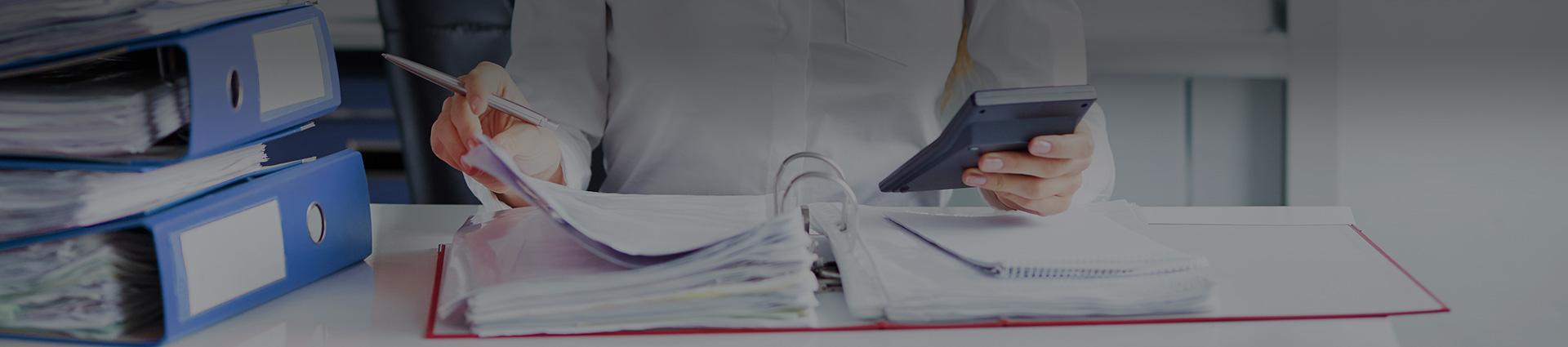Kalkulator oraz papiery w ręku